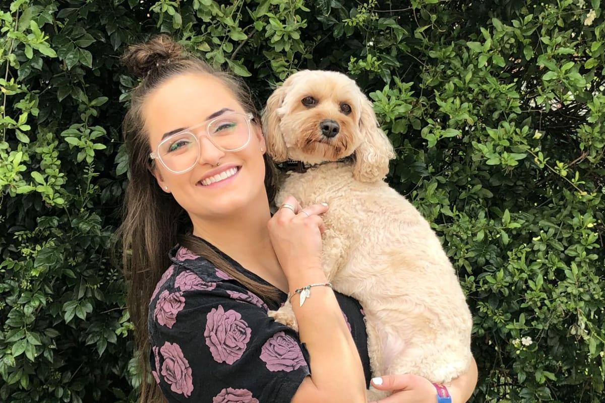 Mia (27), $300, Non-smoker, Have pets, No children, and LGBT+