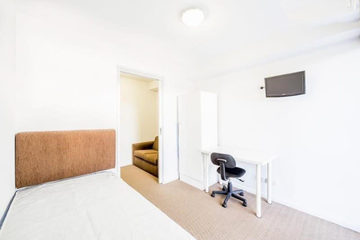 $280, 1-bed, 1 bathroom, Elgar Road, Box Hill VIC 3128