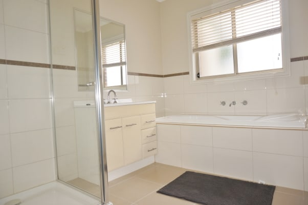 $195, Share-house, 6 bathrooms, Darlinghurst Place, Taylors Hill VIC 3037