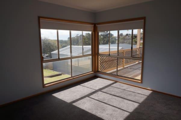 $550, Whole-property, 4 bathrooms, Helena Street, Highton VIC 3216
