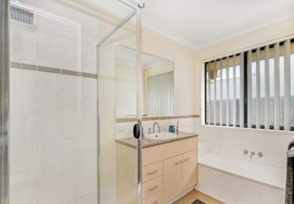 $150, Share-house, 4 bathrooms, Elle Court, Cashmere QLD 4500