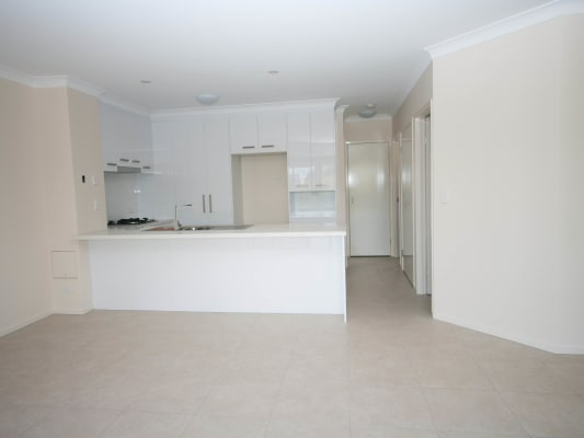 $560, Whole-property, 2 bathrooms, Warren Street, Saint Lucia QLD 4067